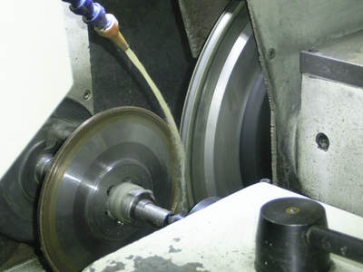 Which dressing disc & rotary dresser is choosed to dress grinding wheel